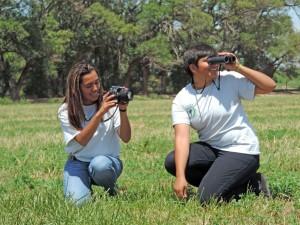 deux filles, birdwatching, nature, herbe