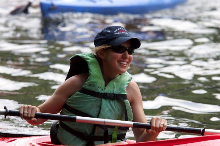 jolie, fille, kayak, sport