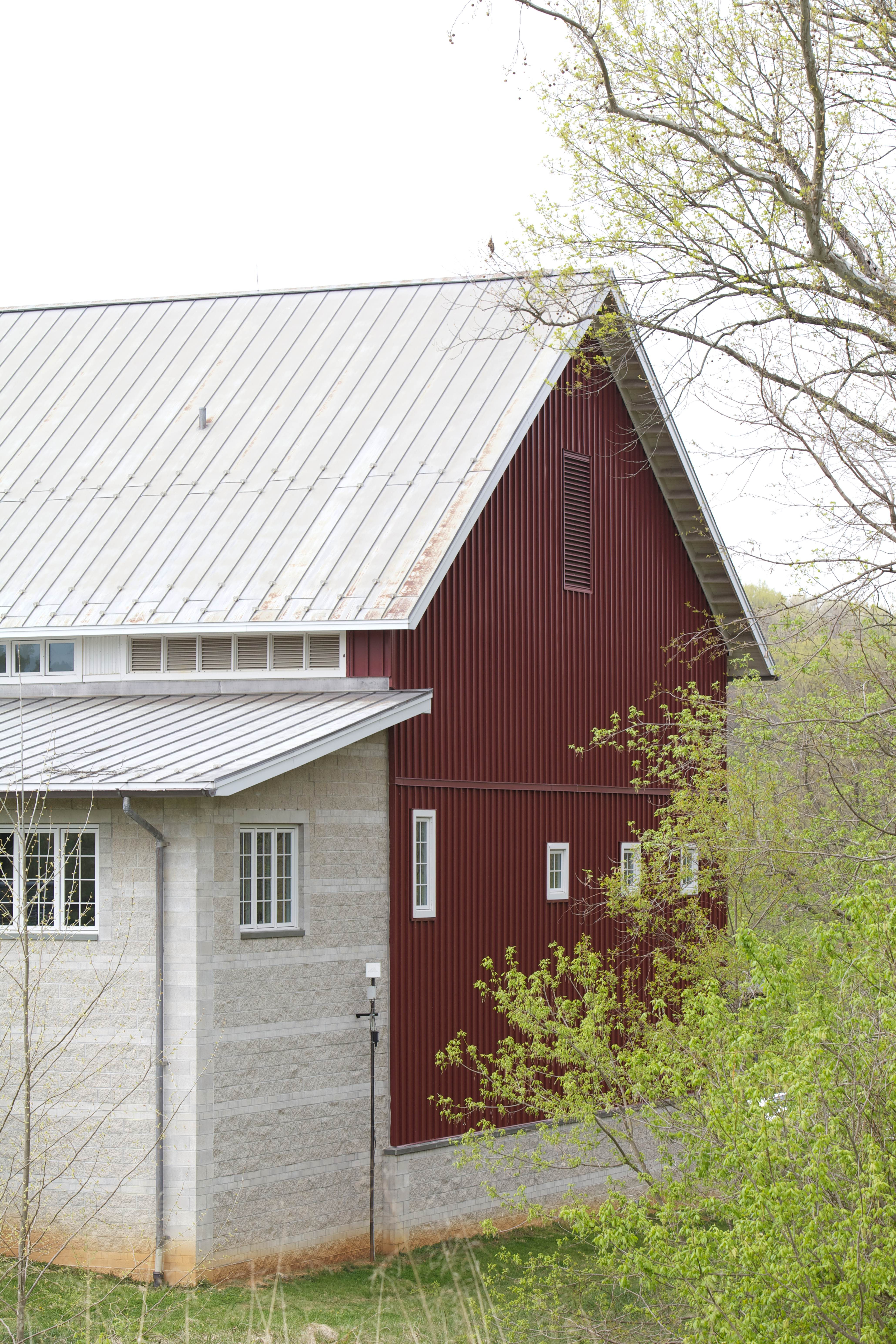 Free photograph; bard, house, red, white, roof