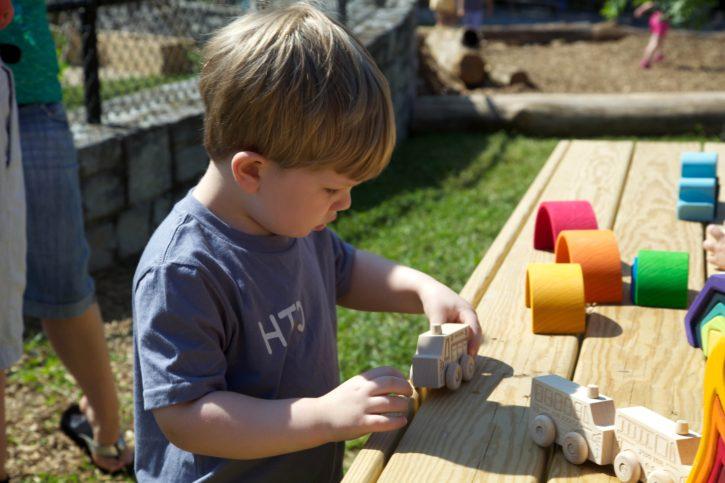 criança, menino, brincar, explorar, a sala de aula ao ar livre,