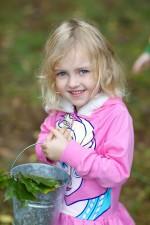 roztomilý, blond, mladá dívka, shromažďuje, žaludy, listy, lžíce