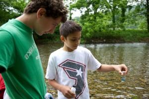 jovens, rapazes, crianças, água, amostragem de qualidade