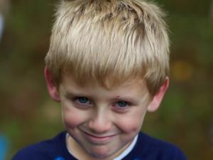 mladý chlapec, tváre, blondínka
