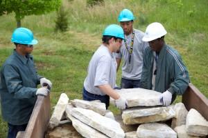 kelompok, pemuda, pekerja, mengumpulkan, batu, pavers