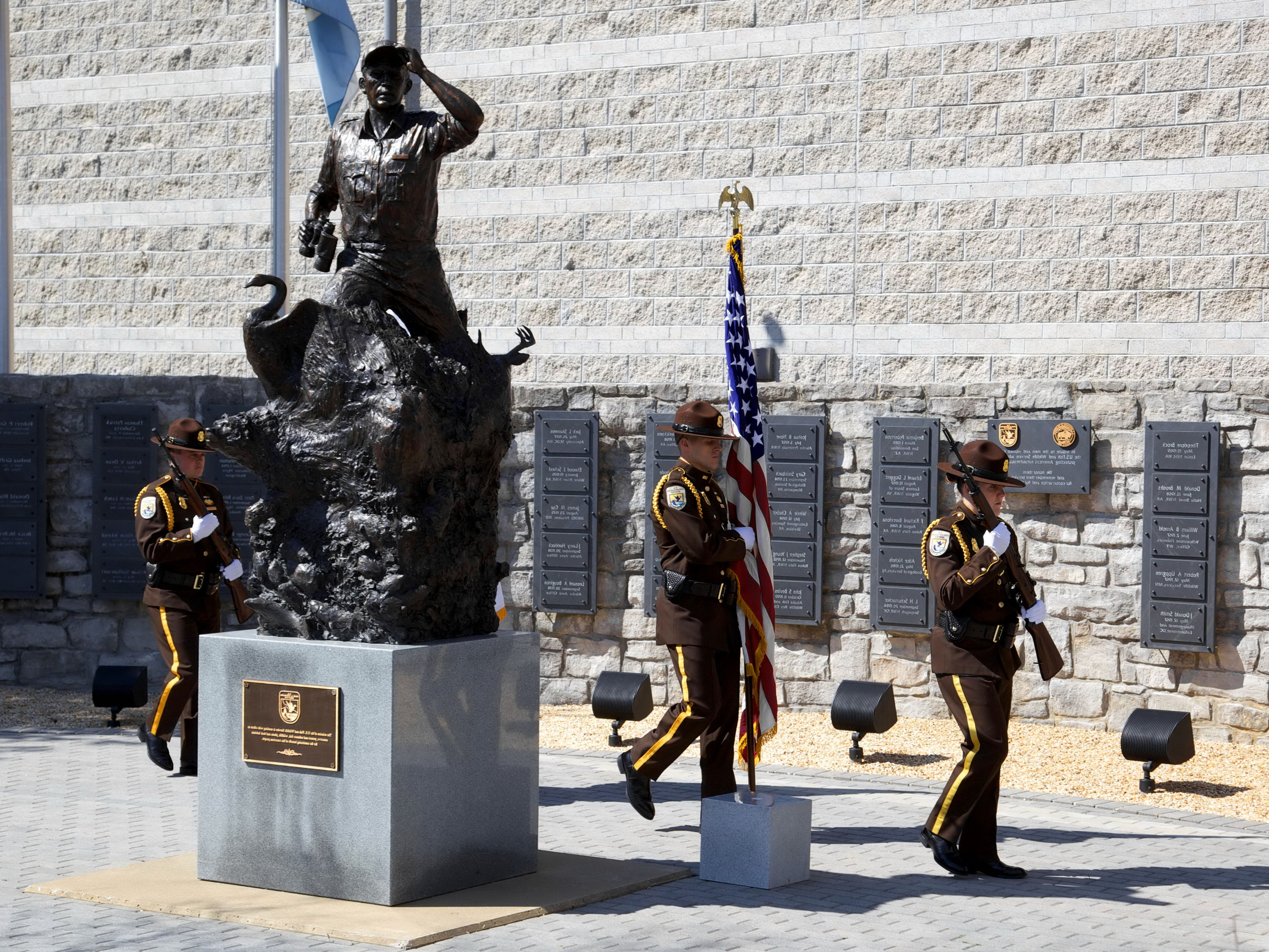 Free photograph; solders, ceremony, statue