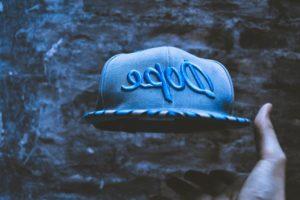 azul, gorra, mano, sombrero, al aire libre