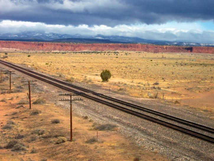 σιδηροδρομικές γραμμές, τηλεφωνικούς στύλους, άγρια Δύση