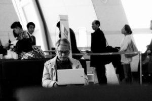calculator, laptop, om, oameni, alb-negru, scaun de lucru