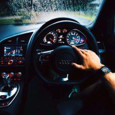 automóvil, salpicadero de un coche, conductor, SmartWatch, indicador de velocidad, volante