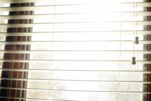 finestra, persiane aperte, interno, luce, design