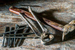錆びた工具、ハンマー、釘、手のひらツール