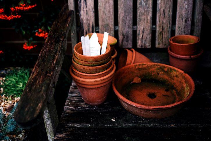 keramické kvetináče, rustikálne, stará drevená lavica