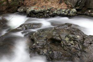 wazig water, bronwater, rotsen, stroom, water, bladeren