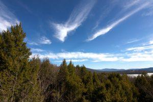 groene bomen, blauwe lucht, witte wolken, wolken, lucht, bomen