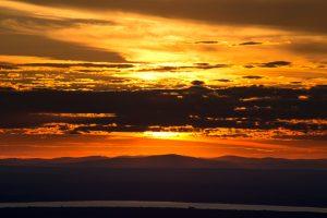 помаранчевого заходу сонця, темні хмари, природи, краєвид, захід сонця, хмари, небо, гори, океан, води