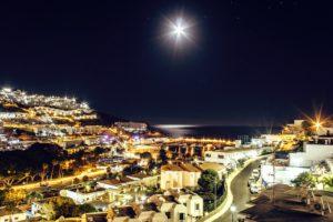 ciel, clair de lune, nuit, océan, architecture, bâtiments, ville, hôtel, éclairé