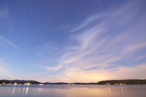 Mit Blick auf Stadt, Meer, ruhiges Wasser, Sterne, Wasser, See, Wolken, Sonnenuntergang