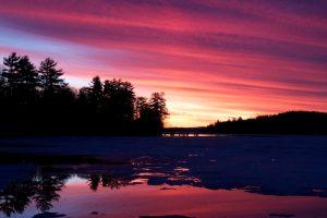 orange coucher de soleil, coucher du soleil pourpre, réflexion de l'eau, coucher de soleil, le lac, l'eau, les arbres, les nuages