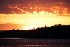 pôr do sol ardente, céu vermelho, pôr do sol, nuvens, verão, árvores, lago