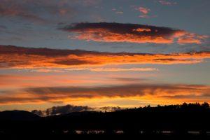 nuvens laranja, nuvens escuras, natureza, paisagem, pôr do sol, nuvens, sol, céu, árvores