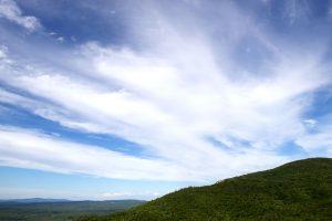 nuages flous, ciel bleu, nuages, montagnes