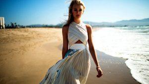 mooie vrouwen, witte jurk, wandelen, strand