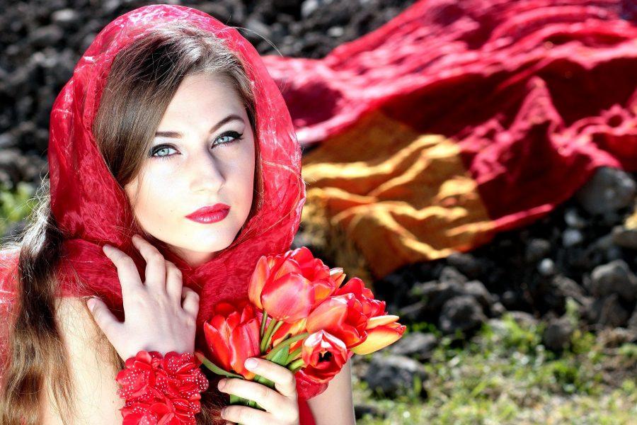 lijepa djevojka, crveni šal, portret