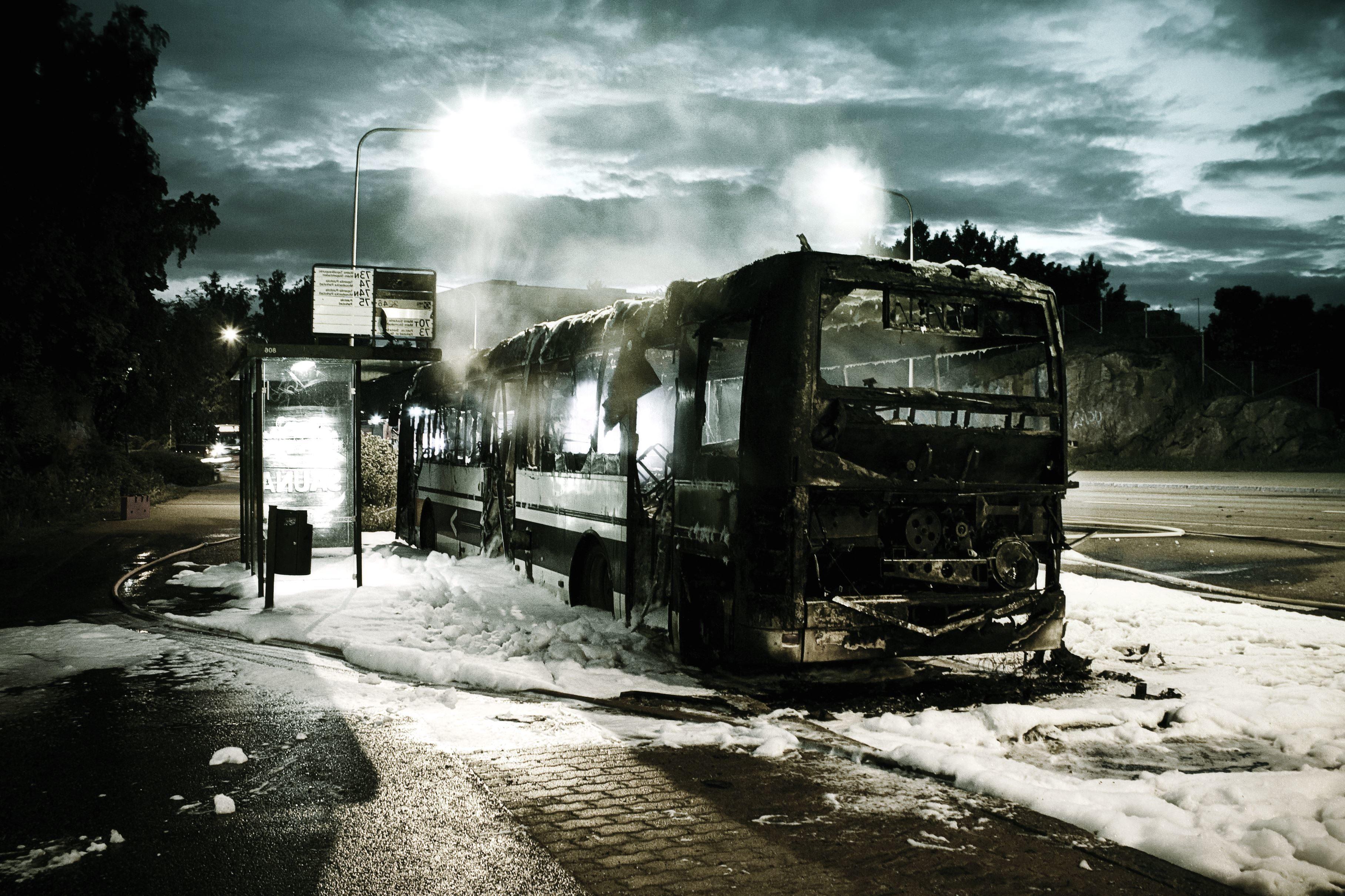 フリー写真画像 黒バス 車 白い泡 モーター 自動車