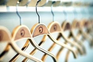 гардероб, дървени закачалки, висящи
