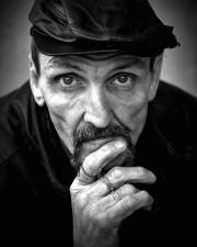 retrato de homem, modelo fotográfica, pessoa velha, chapéu, em tons de cinza