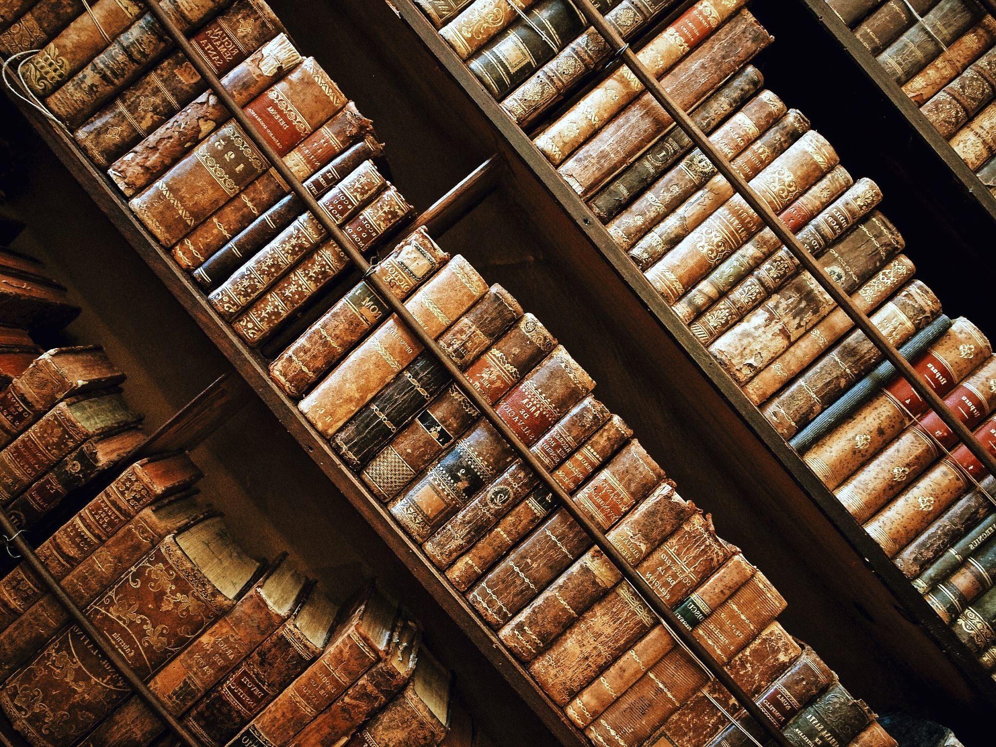 de la biblioteca libros antiguos estantera