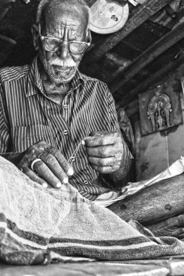 äldre man, Gammal person, sömnad, tyg