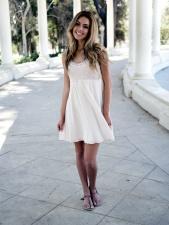 belle jeune fille blonde, style décontracté, mignon, robe, jeune femme, modèle photo