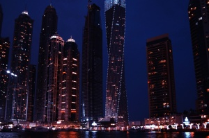 grad, noć, osvijetljen grad, nebodera, u centru grada