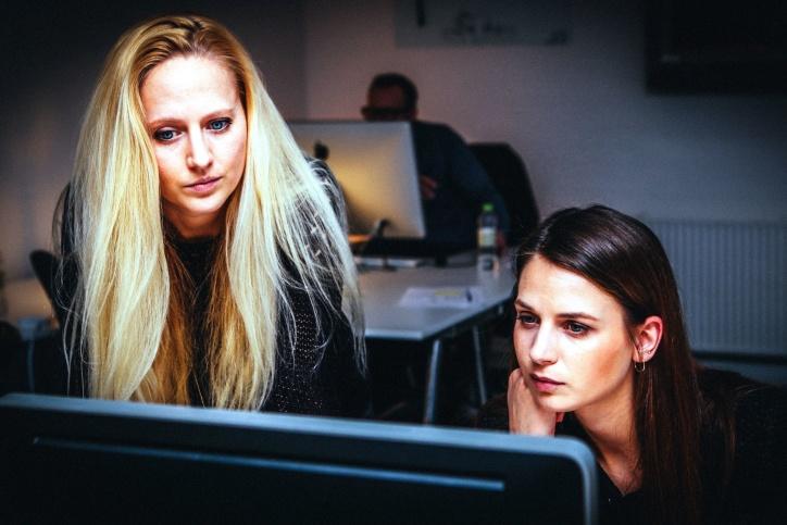 to kvinner, arbeider, office
