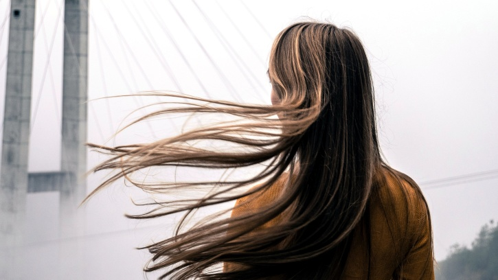 lány, szőke haj, fúj a szél