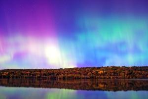 Aurora borealis, gökkuşağı, su yansıma, gökyüzü