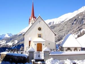 idylliska landskap, berg, kyrkan, vinter