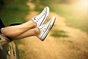 Kız bacaklar, spor ayakkabı, Araba, pencere