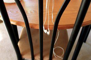 kursi kayu, headphone, tergantung