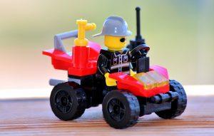 muž LEGO, lego auto