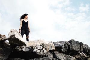 камни, небо, соло, ветрено, женщина