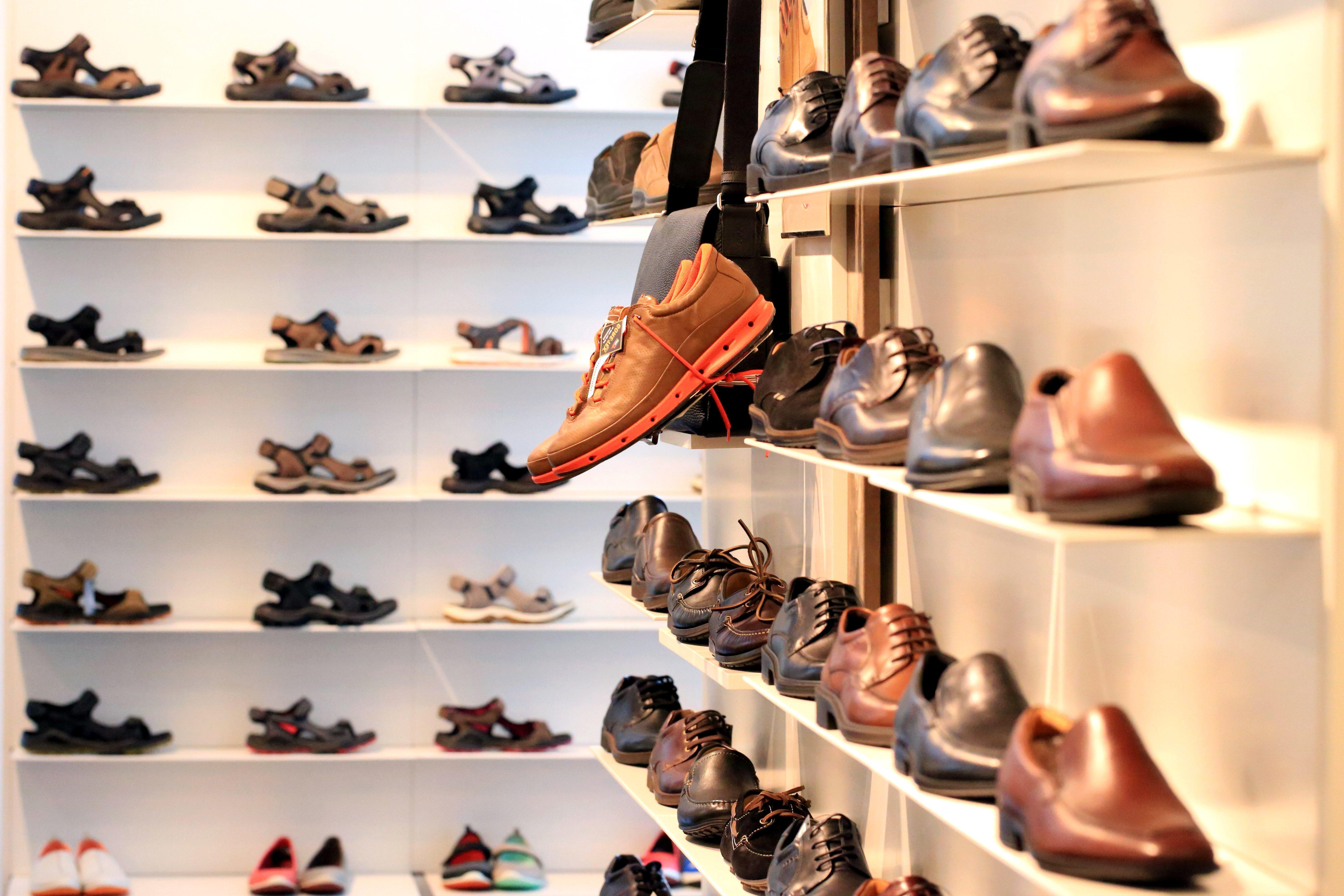 4682f689289a4 Image libre: chaussures, étagère, magasin de chaussures