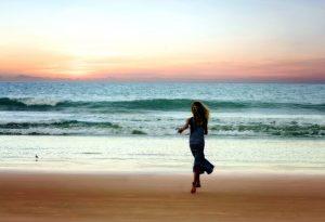 девушка работает, пляж