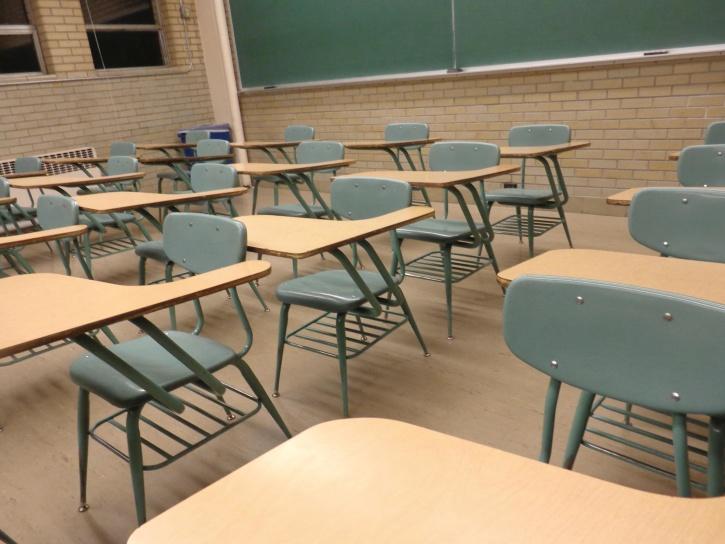 Student biurka, klasie, krzesła, stoły