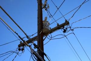 poste de telefone, fios de telefone, linhas de energia