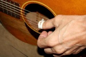 ruky, akustická kytara, kytara, hudba