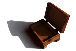 kotak kayu, kecil, berengsel tutupnya