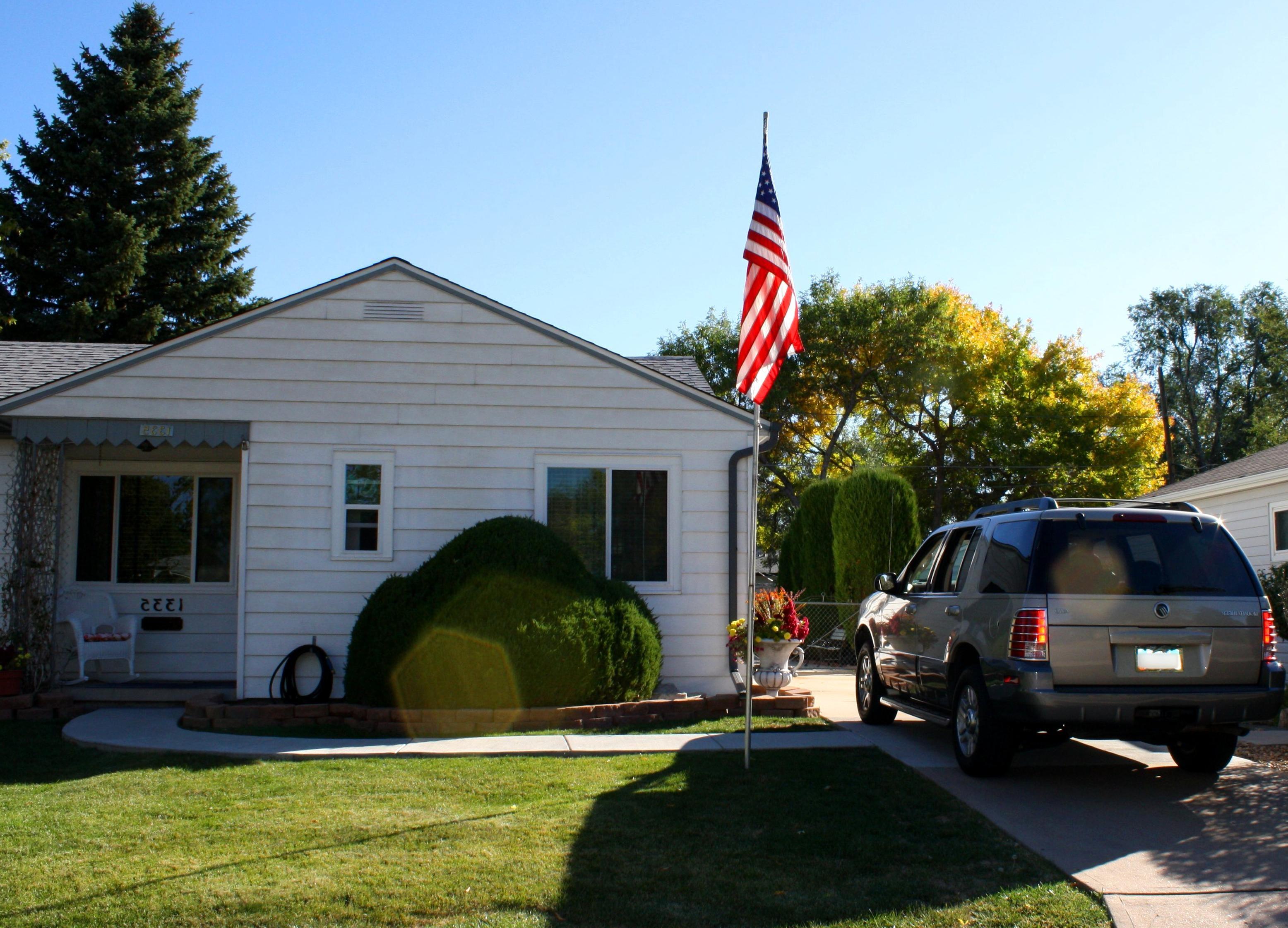 Gratis afbeelding huis exterieur vlag suv auto voertuig