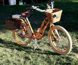 naisten polkupyörä, oranssi polkupyörä, takapihalla
